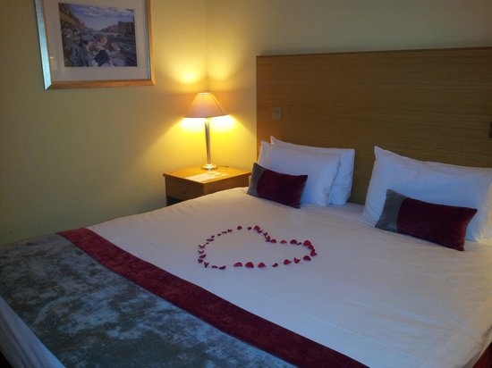 Crowne Plaza Belfast:                   Room with king size bed.