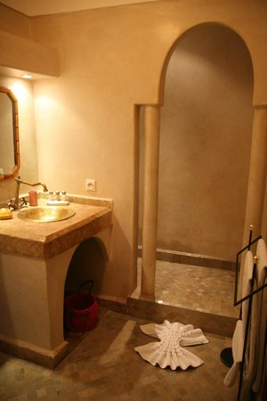 Riad Anya: salle de bain Chambre Sahara