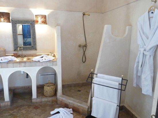 Riad Anya: sale de bain chambre mamounia sur la terrasse