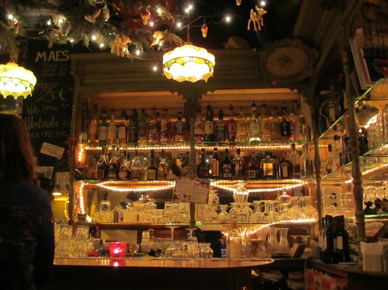 De oude mol:                   Well-stocked bar - eclectic decor!