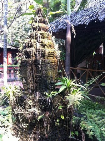 Bopha Angkor Hotel & Restaurant:                   sculpture
