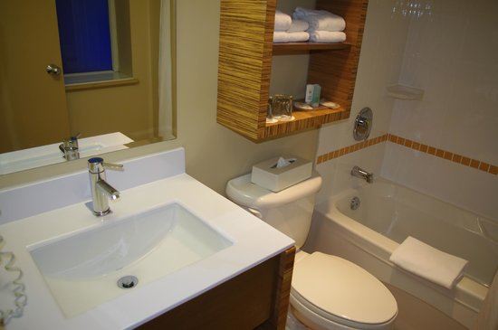Comfort Inn Downtown:                   bath white and clean, better than the picture