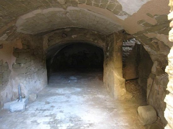 Castillo de Montearagón:                   古城地下
