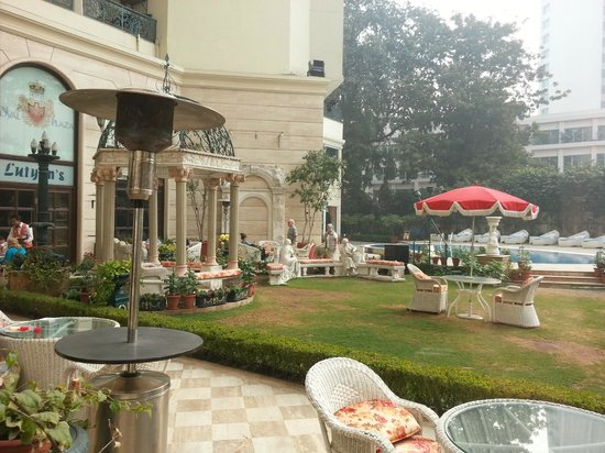 Hotel The Royal Plaza:                   jardin