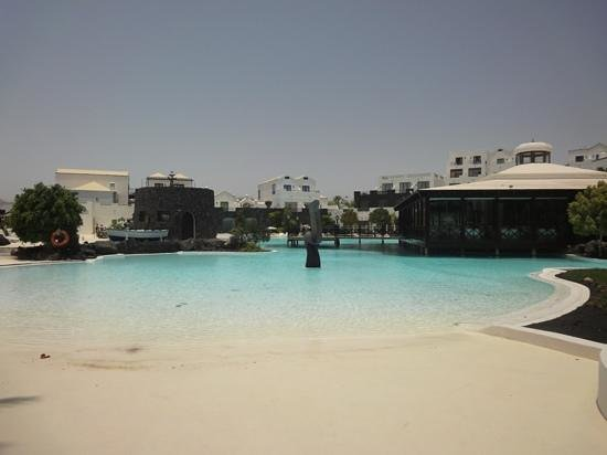 Hotel THe Volcan Lanzarote:                   main pool (july 2012)