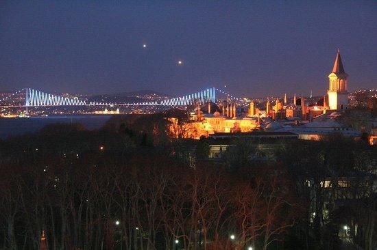 Adamar Hotel:                   Blick von der Dachterrase auf den nahen kapi-Palast,den Bosporus und die beleu