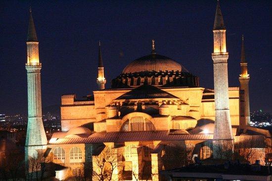 Adamar Hotel:                   Blick au die nahe Hagia Sophia und das abendliche Istanbul