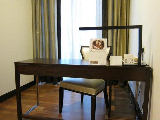 Ascott Kuala Lumpur : Writing desk