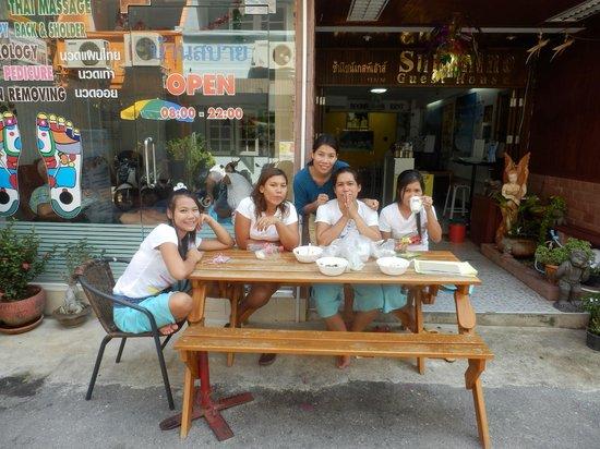 Sunshine Guest House Hua Hin:                   Søde personaler.