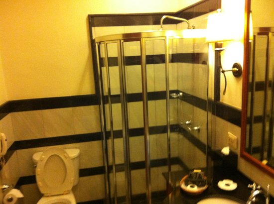 Settha Palace Hotel: bathroom left