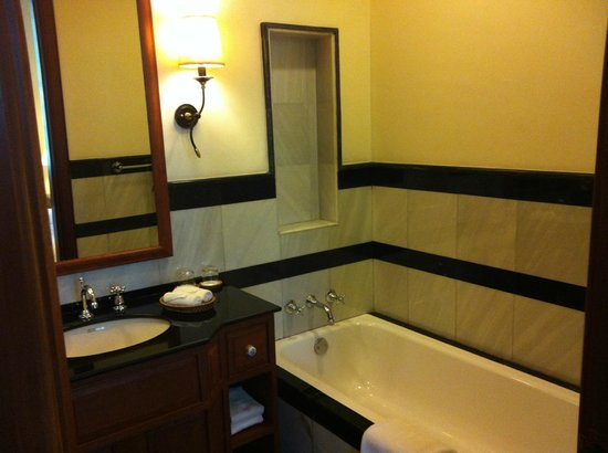 Settha Palace Hotel: bathroom right