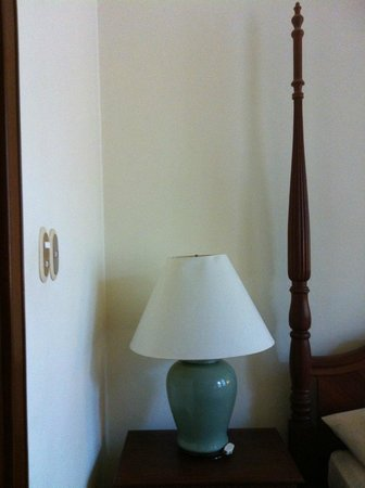 Settha Palace Hotel: thoughtful positioning of lamp cord switch