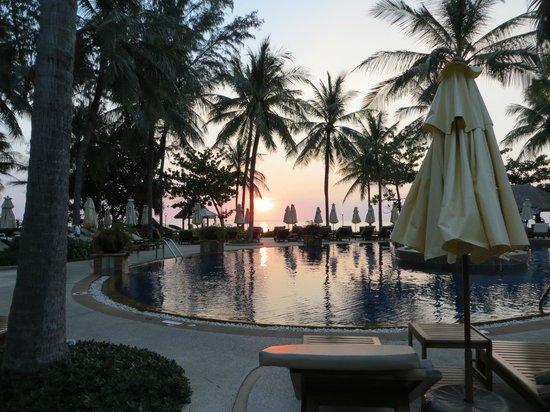 Katathani Phuket Beach Resort:                   Kvällssol över poolen