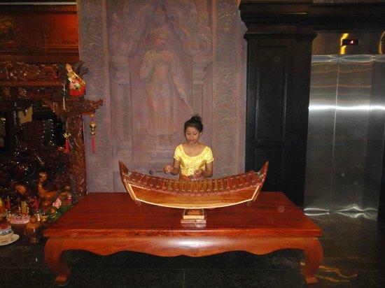 Lucky Angkor Hotel:                   Underholdning i receptionen om morgenen