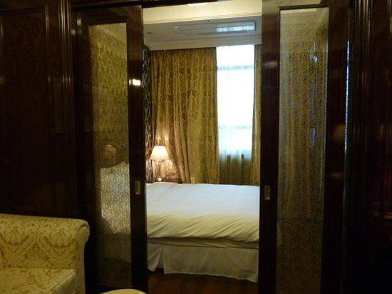 Hotel Artnouveau Seocho:                   仕切りを開けてみる