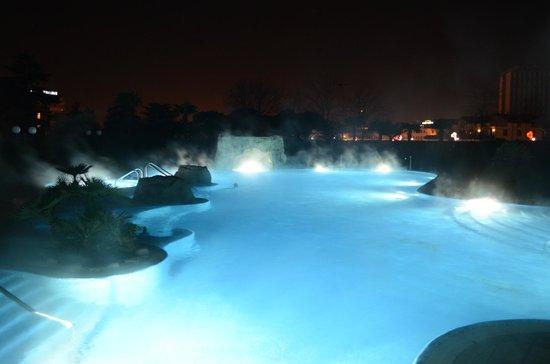 Hotel All'Alba: Piscina termale di notte