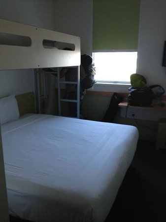 Ibis Budget Auckland Airport: King bed w bunk above