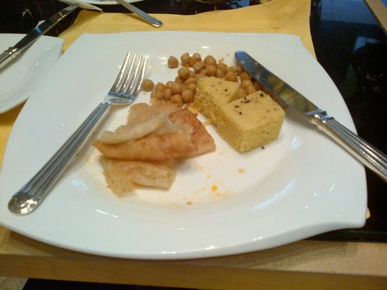 Conrad Centennial Singapore: wrongly prepared Indian food - cruncy bread and watery curry