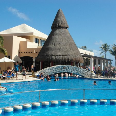 Catalonia Yucatan Beach: Swim up bar