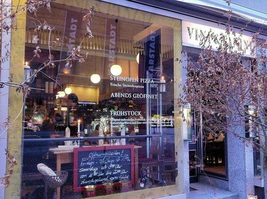 Vini & Panini:                   Einblick in das Fenster