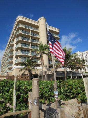 Hilton Singer Island Oceanfront/Palm Beaches Resort: La fachada del hotel desde la playa