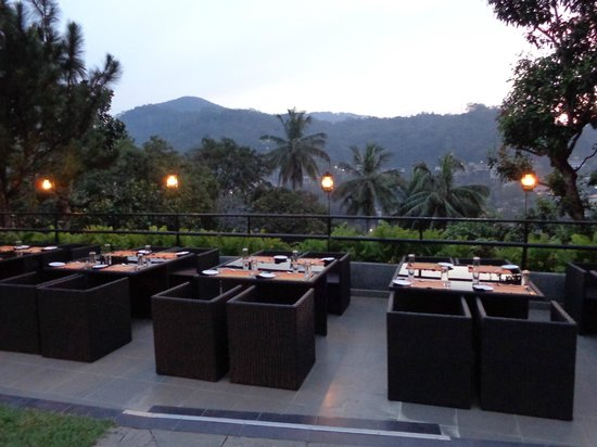 Hotel Thilanka: outside part of the dining area