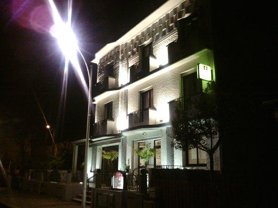 Hotel Lutetia :                   Vue de nuit de la façade