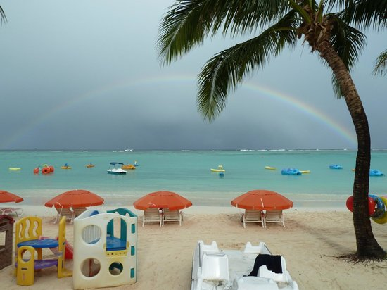 Outrigger Guam Beach Resort:                   ホテル前のビーチに浮ぶ虹