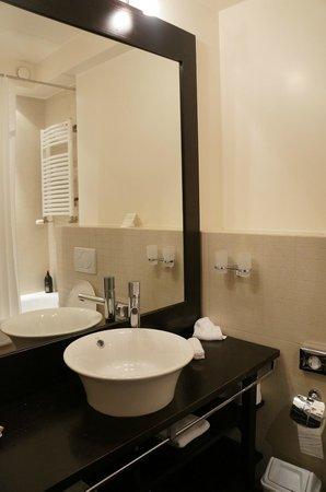 Adagio Geneve Mont Blanc: Salle de bain