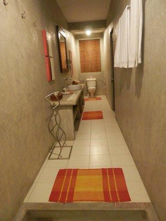 Taru Villas - Lake Lodge:                   looooong bathroom!