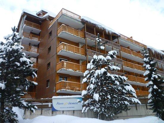 Pierre & Vacances Residence Les Ravines:                   Вид на отель со стороны дороги