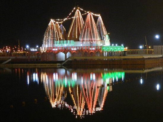 Kurukshetra, อินเดีย: Sarveshwar temple at night