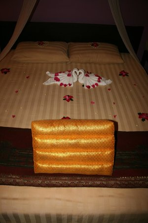 Golden Temple Hotel: Bed Decoration