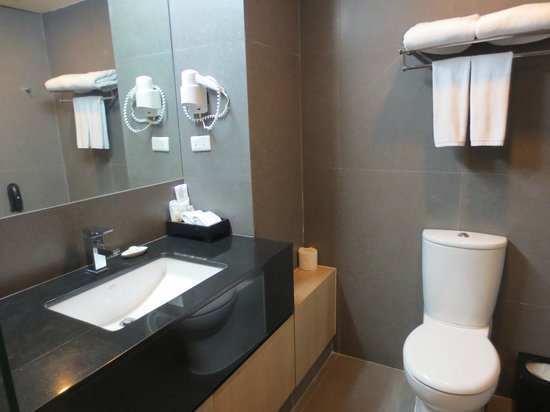 Best Western Premier Amaranth Suvarnabhumi Airport: Bathroom sink/toilet