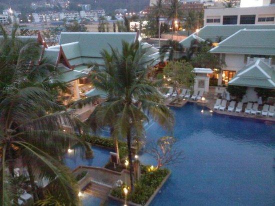 ฮอลิเดย์ อินน์ รีสอร์ท:                                     Le restaurant Charm Thai et la piscine vue de la chambre