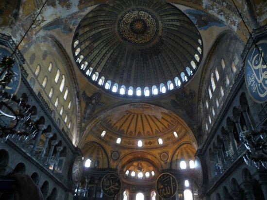 متحف/كنيسة آيا صوفيا (آيا صوفيا):                   inside Hagia Sofia                 