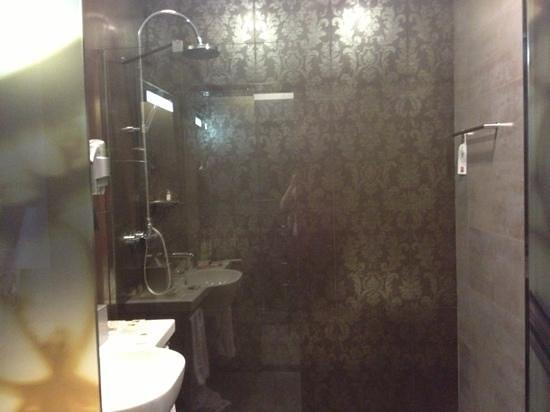 Hotel Palazzo Zichy:                   bathroom