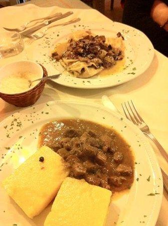 La Locanda di Desideria:                   ravioli gorgonzola e noci con radicchio rosso e porcini + cinghiale in umido c