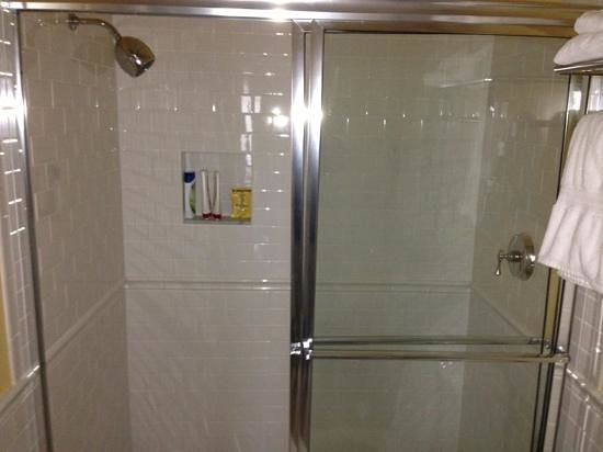 La Mer Beachfront  Inn:                   enkel douche geen bad!!!!