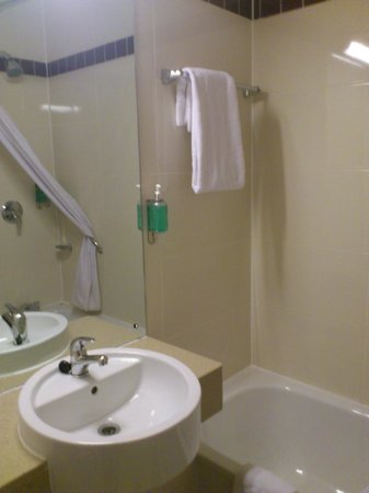 Jurys Inn Sheffield:                   Gleaming Bathroom ( Room 417 )