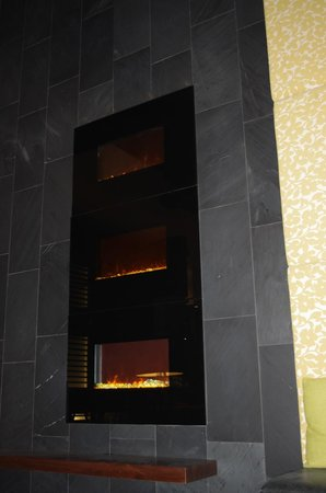 Alt Hotel - Toronto Airport: Fireplace in Lobby