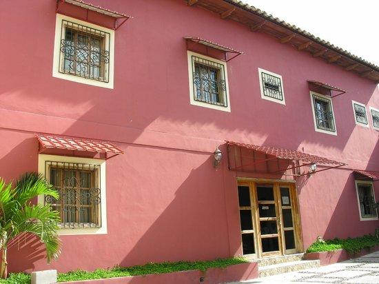 Hotel Tres Piedras: Vista exterior fachada del hotel