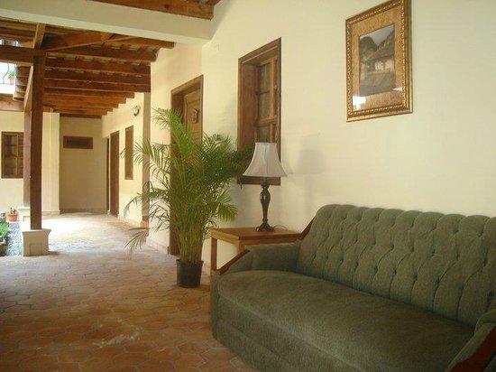 Hotel Tres Piedras: Recepción y acceso a hotel