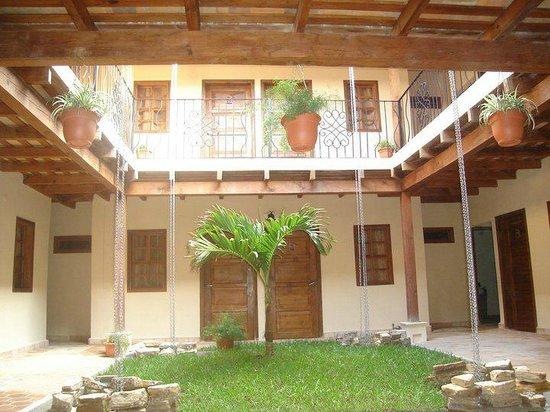 Hotel Tres Piedras: Vista patio central,corredores y habitaciones primer ysegundo nivel