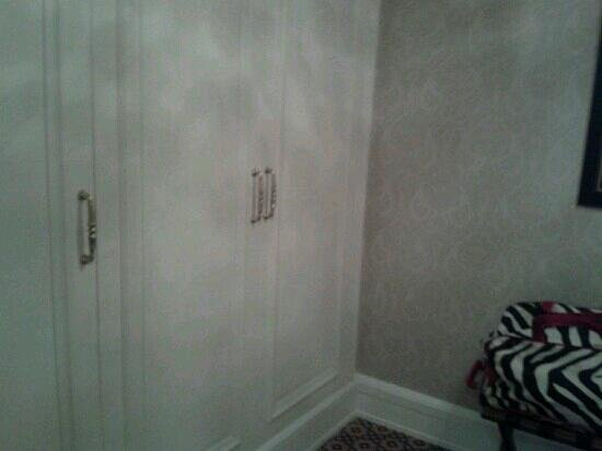 Powerscourt Hotel, Autograph Collection:                   walk in closet room211