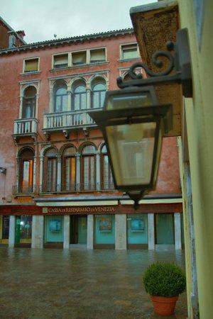 Santa Marina Hotel:                   Su bastiği zaman giris kapisindan manzara