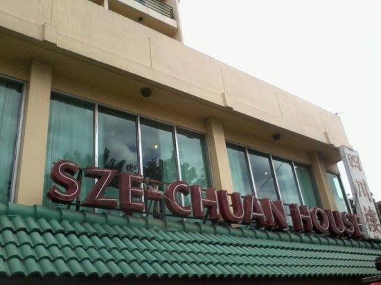 Szechuan House:                   buiten reklame van het restaurant