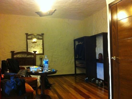 Unaytambo Hotel: Spacious room.