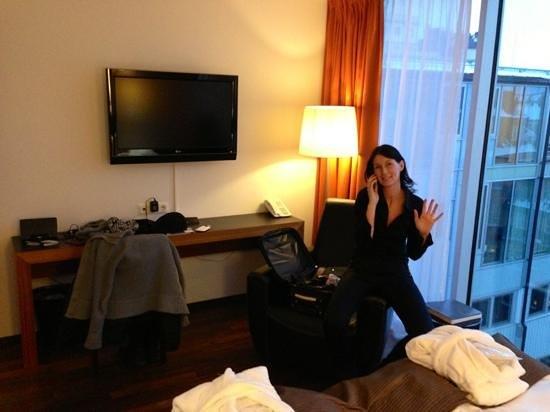 Clarion Hotel Amaranten:                   tv och skrivbord