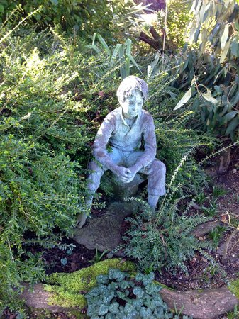 Denmans Garden: Garden figure